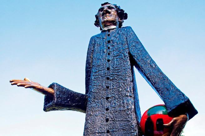 Don Bosco Statue am Eingang des Wiener Don Bosco Hauses