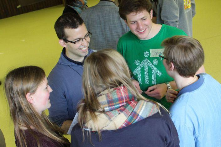 Im Gespräch bei einem Confronto-Jugendtreffen