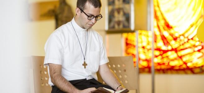 Peter Rinderer beim Stundengebet